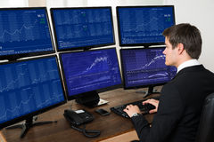 商人与在计算机上的图表一起使用 免版税库存照片