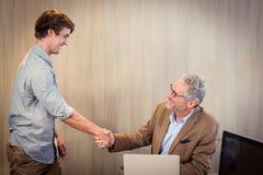 商人与工友握手 免版税库存图片