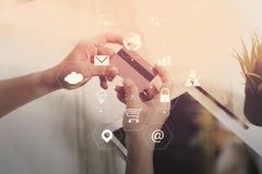 商人与巧妙的电话和数字式片剂计算机一起使用 免版税图库摄影