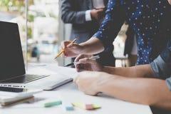 商人与文件和计算机一起使用在办公室workpla 免版税库存图片