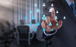 商人与新的现代计算机展览会社交网络一起使用 免版税库存图片