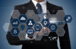 商人与现代计算机接口一起使用 向量例证