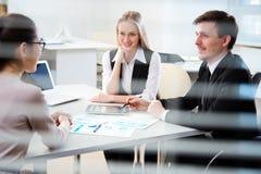 商人与膝上型计算机一起使用在办公室 库存照片