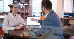 商人与膝上型计算机一起使用在办公室 免版税库存照片
