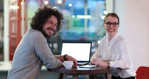 商人与膝上型计算机一起使用在办公室 免版税库存图片