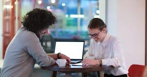 商人与膝上型计算机一起使用在办公室 库存图片