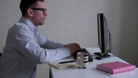 商人与计算机一起使用在办公室 股票视频