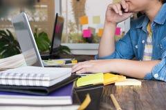 商人与计算机一起使用在工作场所 15个妇女年轻人 免版税库存图片