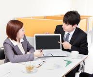 商人与计算机的小组会议 免版税库存照片