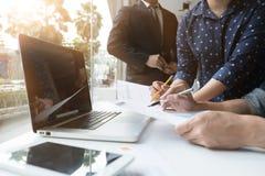 商人与财政报告一起使用在会议上 免版税库存照片