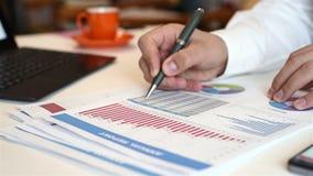 商人与财政报告一起使用 影视素材