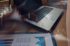 商人与他的在咖啡店的计算机一起使用与sto 免版税库存图片
