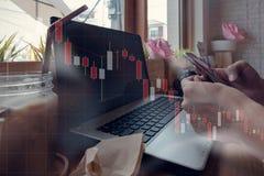 商人与他的在咖啡店的计算机一起使用与sto 库存照片