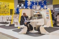 商人与他的膝上型计算机一起使用在Tuttofood 2015年在米兰, 免版税库存照片