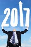 商人举的第2017年 免版税库存照片