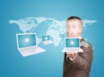 商人举行与膝上型计算机的虚拟世界地图 库存图片