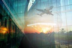 商人举行片剂和火车,飞机两次曝光  库存照片