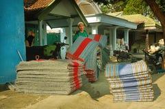商人举行的堆传统地毯 图库摄影