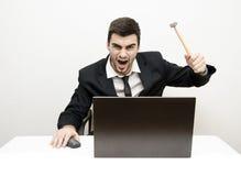 年轻商人书桌愤怒 免版税库存照片