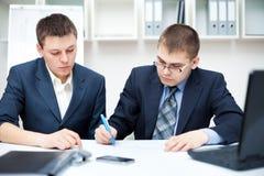 商人二个年轻人 免版税库存照片