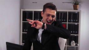 商人企业家跳舞在办公室在nigt俱乐部喜欢 股票视频