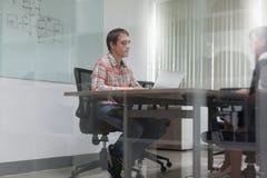 商人会议室采访运转的膝上型计算机 图库摄影