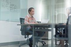 商人会议室采访运转的膝上型计算机 库存图片