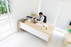 商人使用一台便携式计算机 免版税库存图片