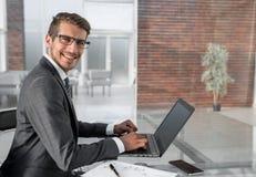 商人使用一台膝上型计算机与财务数据一起使用 库存照片