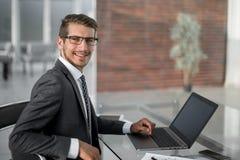 商人使用一台膝上型计算机与财务数据一起使用 免版税图库摄影
