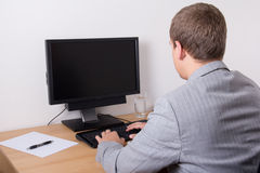 商人使用个人计算机在办公室 图库摄影