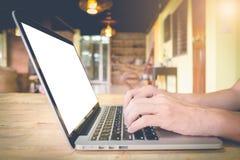 商人使用在木桌上的膝上型计算机 库存照片