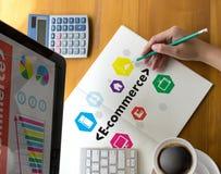 商人使用技术电子商务互联网世界市场 免版税图库摄影