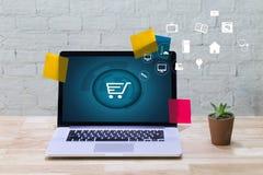 商人使用技术电子商务互联网全球性Marketi 免版税库存图片