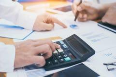 商人使用计算器计算和分析 库存照片
