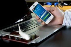 商人使用tripadvisor应用计划他的旅行 免版税图库摄影