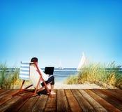 商人假日运作的商务旅游海滩概念 图库摄影