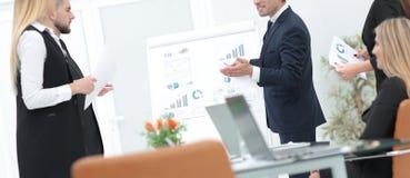 商人做一个介绍对他的企业队 免版税库存图片