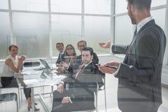 商人做介绍一个新的项目在一个现代办公室 库存图片