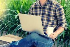 商人做企业用途计算机在办公室外面 库存照片