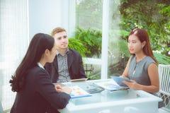 年轻商人做会议和谈话为分析行销 免版税库存图片