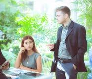 年轻商人做会议和谈话为分析行销 免版税库存照片