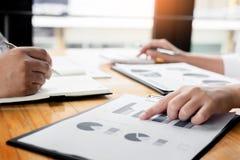 商人分析了赢利财务数据图表docume报告  免版税库存照片