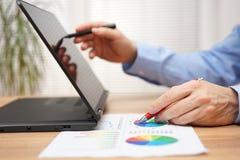 商人分析关于文件和工作的企业数据 免版税图库摄影