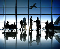 商人剪影在机场里面的 免版税库存照片