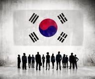商人剪影看韩国旗子的 库存图片