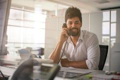 商人办公室工作 人谈话在输送路线电话 免版税库存照片