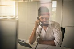 商人办公室工作 人谈话在输送路线电话 库存照片