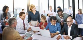 商人办公室运作的讨论队概念 免版税库存图片
