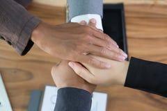 年轻商人加入的手,企业队感人的手打扮 免版税库存照片